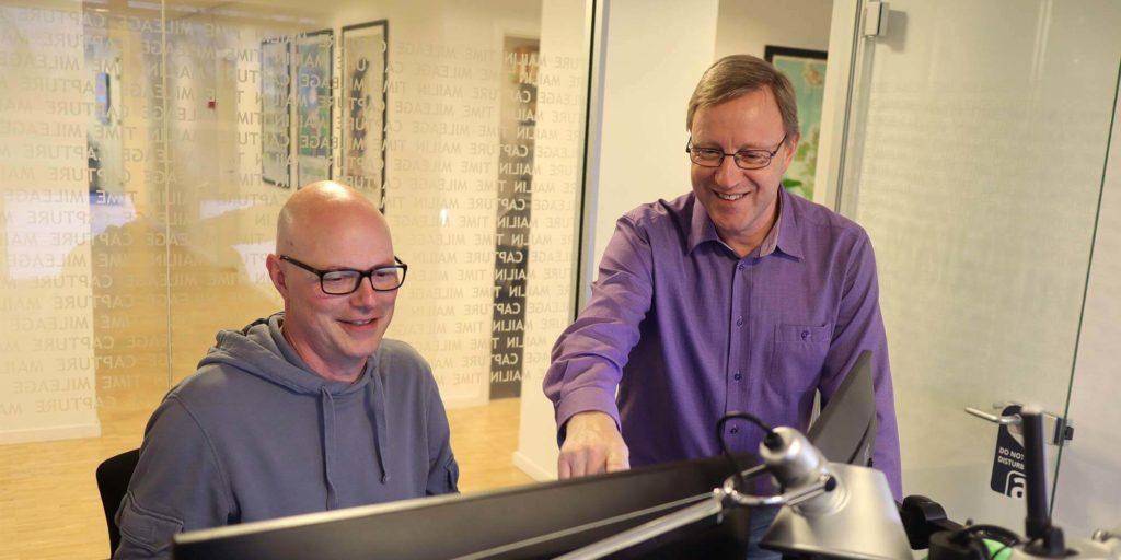 René (til højre) og Jens (til venstre) sidder begge i Acubiz IT-afdeling