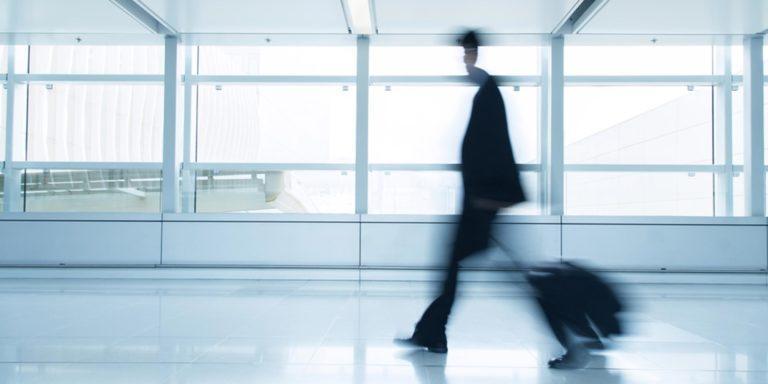 Forretningsrejsende i en lufthavn
