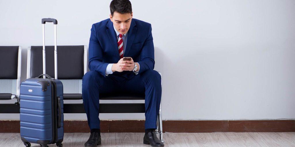 Forretningsrejsende med telefon